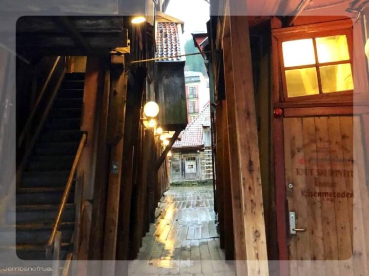 Jernbanefrua besøkte Tyskebryggen, Hansabryggen i Bergen