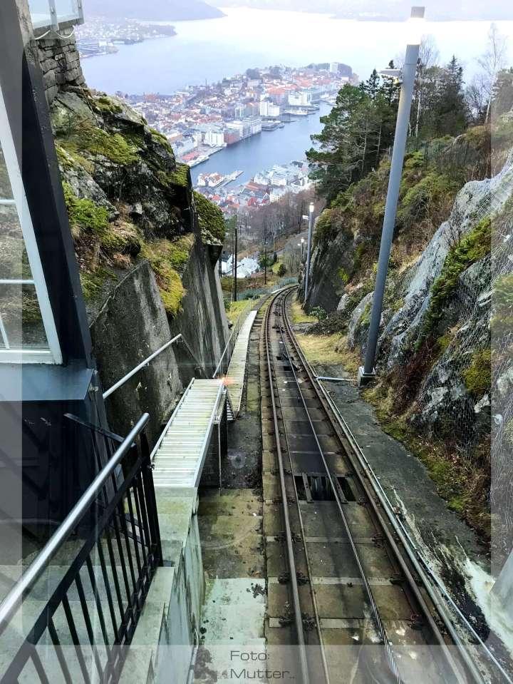 Jernbanefrua på vei ned fra Fløyen..