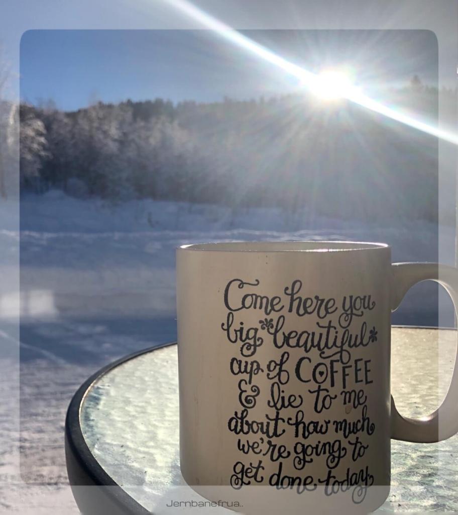 jernbanefrua nyter kaffen i sola.