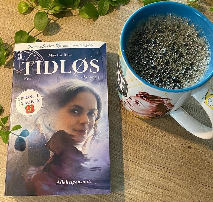 Bokanmeldelse. Et friskt pust. Serieromanen Tidløs, av May LisRuus.